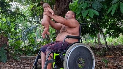 Depois de nascer longe de casa, Eduardo voltou à sua comunidade em Anapu, no Pará. Na foto, tirada em 20 de julho, o menino está com seu pai, Erasmo Theofilo, liderança camponesa marcada para morrer.