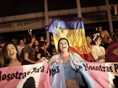 Centenas de pessoas comemoram a decisão em San José, na terça-feira, 9 de janeiro.