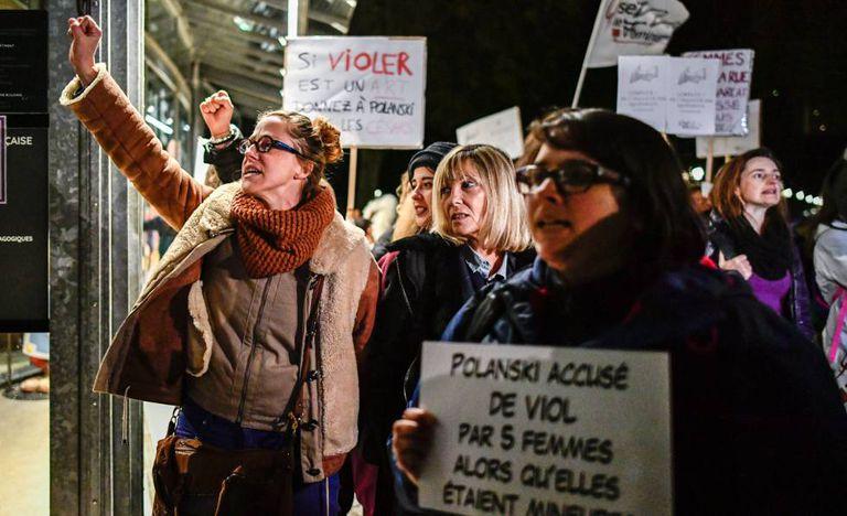 Feministas francesas protestam contra Roman Polanski, em outubro de 2017, em Paris