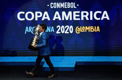O ex-jogador Juninho Paulista carrega o troféu da Copa América durante a presentação da edição de 2020, adiada pela pandemia.