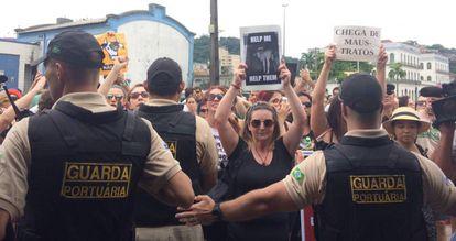 Ativistas protestam no porto de Santos no último domingo.