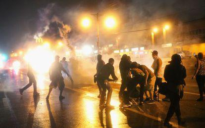 A polícia usou gás lacrimogêneo durante o toque de recolher no domingo.