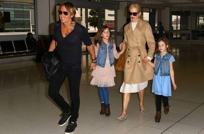 Nicole Kidman e Keith Urban com suas filhas, Faith Margaret e Sunday Rose, em março de 2017, em Sydney.