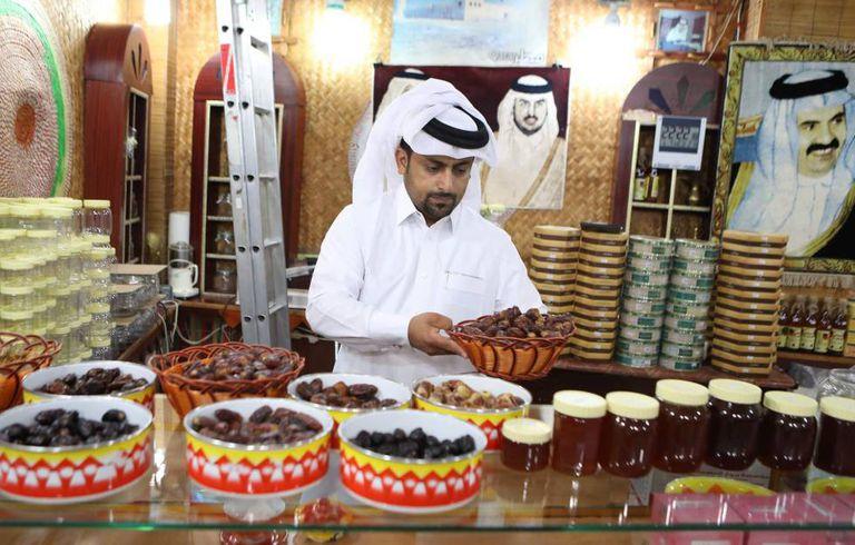 Comerciante vende tâmaras e mel em tenda em Doha
