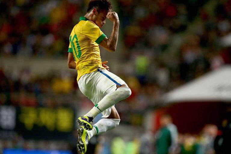 Neymar pula de alegria ao comemorar um gol de falta em amistoso com o Brasil.