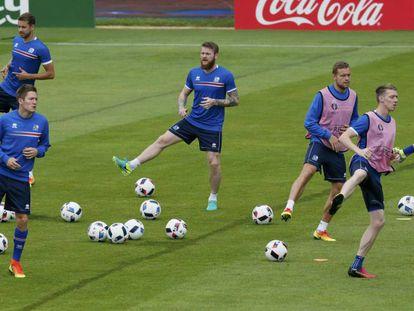 Jogadores da Islândia se preparam para partida contra a França.