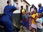Una trabajadora sanitaria enseña a lavarse las manos a los niños del suburbio de Umlazi, cerca de Durban (Sudáfrica), el 4 de abril de 2020, para detener el contagio por coronavirus.
