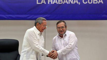 """O líder das FARC, Rodrigo Londoño Echeverri, alias """"Timochenko"""" (d), estreita a mão do presidente de Cuba, Raúl Castro."""
