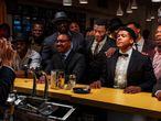En una imagen de 'Una noche en Miami', Malcolm X retrata a Muhammad Ali (con pajarita), Sam Cooke (con chaqueta de color burdeos), y Jim Brown (con corbata marrón). En la foto real nunca estuvieron ni Cooke ni Brown.