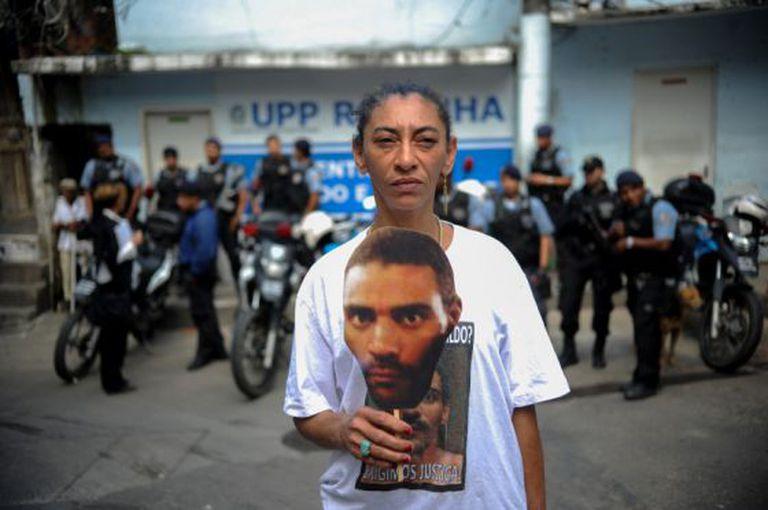 Elizabeth Gomes, mulher do pedreiro desaparecido Amarildo de Souza, em protesto na UPP da Rocinha. / Fernando Frazão - Agência Brasil