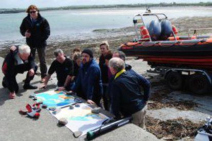 Parte da equipe que busca trazer à tona o 'São Marcos', diante dos penhascos de Moher, na Irlanda