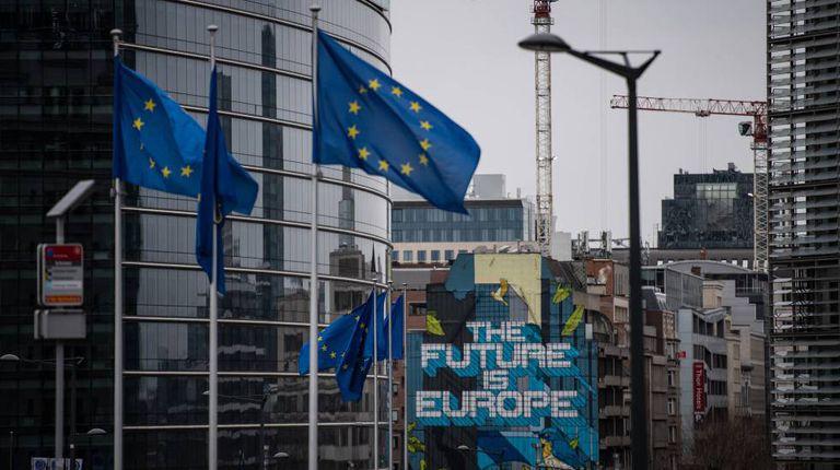Sede da Comissão Europeia e a seu lado uma obra do artista belga NovaDead com uma mensagem europeísta para o futuro.