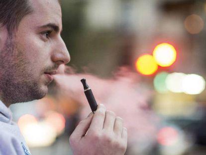 Homem fuma um cigarro eletrônico em Barcelona.