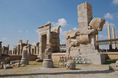 Persépolis, patrimônio mundial, era o centro do grande império persa e as escadarias e portas monumentais mostram a enormidade a que chegou.