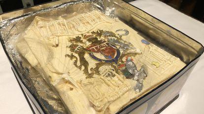 Imagem da parte do bolo servido no casamento do príncipe Charles com Lady Di e conservado durante 40 anos.