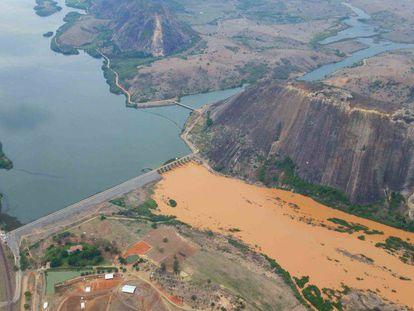 As águas contaminadas pela lama no Baixo Gundu.