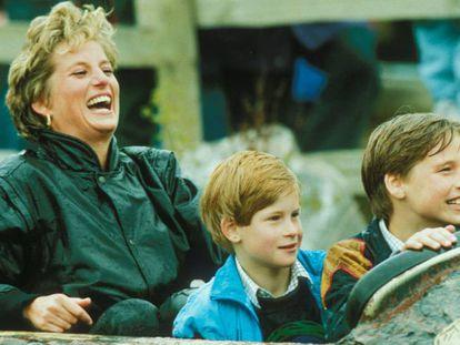 A princesa Diana com seus filhos, Harry e William, durante uma visita a um parque de diversões