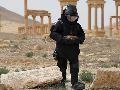 Especialista russo em explosivos procura minas escondidas pelo EI em Palmira.