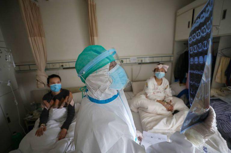 Um médico com dois pacientes em Wuhan, o epicentro do coronavírus.