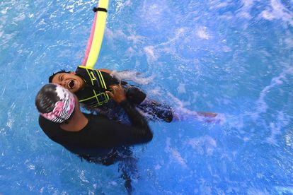 Um terapeuta ajuda uma criança a fazer exercícios em uma piscina em Bangalore, em 6 de novembro de 2015.