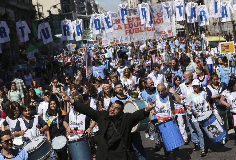 Os sindicatos docentes marcham por Buenos Aires.