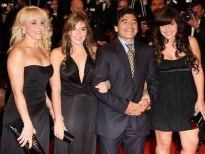 Maradona com Claudia Villafañe e suas duas filhas, Dalma e Gianinna, nos tempos felizes do seu casamento.