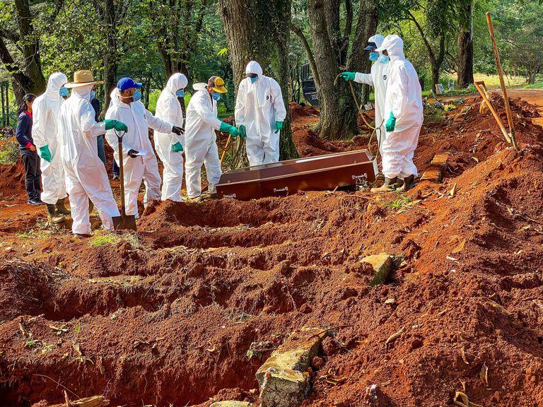 Imagem do Cemitério da Vila Formosa feita em abril deste ano mostra que valas foram abertas rapidamente para dar conta do número de óbitos por coronavírus na cidade.