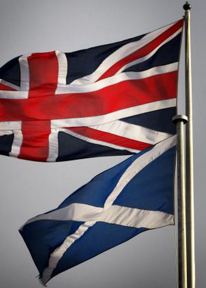 As bandeiras do Reino Unido e da Escócia.