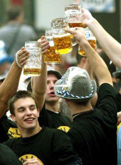 Jovens alemães bebem cerveja durante a Oktoberfest de Munique.