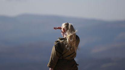Militar israelense observa o sul de Líbano, na segunda-feira, nas Fazendas Sheba (colinas do Golã).
