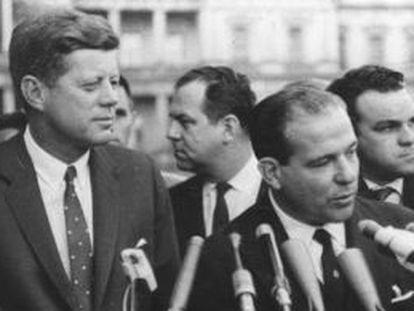 Jango (dir.) fala ao lado do ex-presidente Kennedy.
