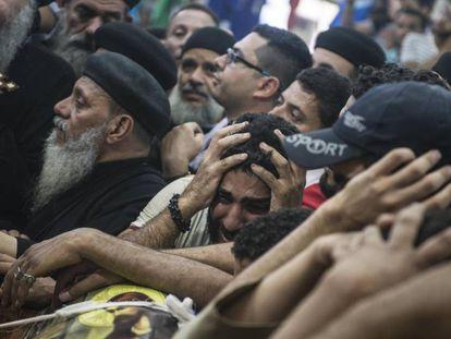 Egito bombardeia Líbia em represália ao atentado contra cristãos coptas