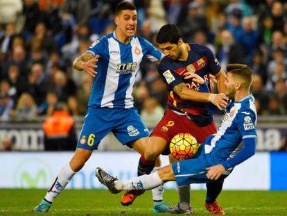 Suárez disputa bola no empate contra o Espanyol.