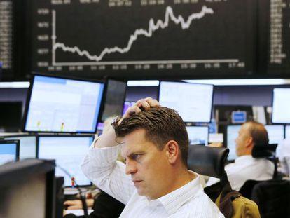 Um investidor olha seu monitor, na Bolsa de Frankfurt.