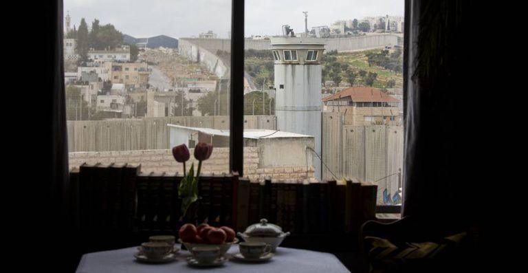O muro da Palestina visto do hotel aberto pelo artista Banksy em Belém.