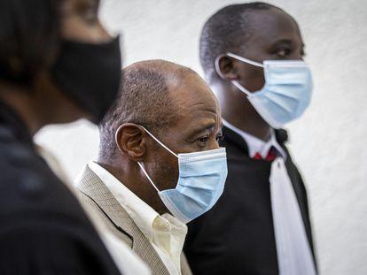 Paul Rusesabagina, ao centro, no tribunal de Kigali, onde está sendo julgado por terrorismo, nesta segunda-feira.