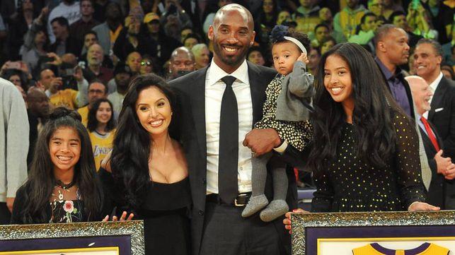 Kobe Bryant junto a su esposa Vanessa y tres de sus cuatro hijas, Gianna, Natalia y Bianka, en Los Ángeles, en 2017.