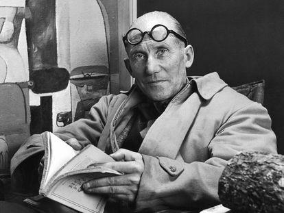 Le Corbusier lendo em sua casa, numa imagem sem data.