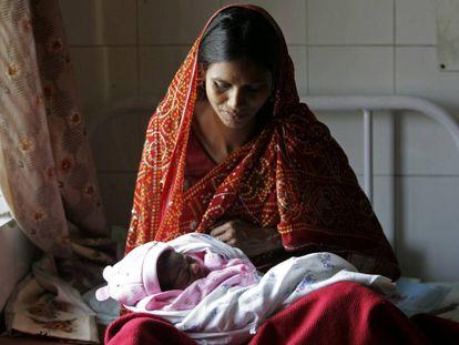 Mãe indiana com sua recém-nascida na cidade indiana de Lucknow.