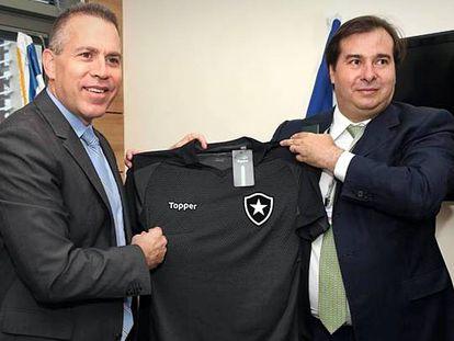 Rodrigo Maia (à dir.) exibe a camisa do Botafogo, seu time do coração.