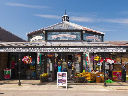 Estação de Llanfairpwllgwyngyllgogerychwyrndrobwllllantysiliogogogoch, no País de Gales (Reino Unido).