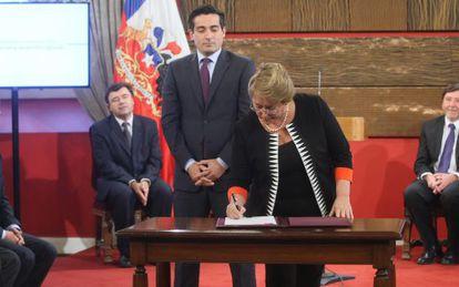 Bachelet assina um decreto diante de Peñailillo.
