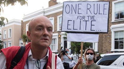 Protesto na chegada de Dominic Cummings à sua moradia de Londres, na segunda-feira.