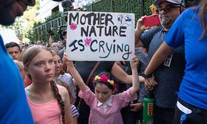Greta Thunberg, à esquerda, durante protesto em frente à sede da ONU, em Nova York