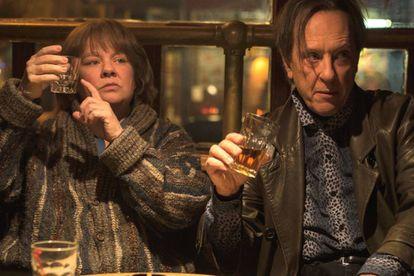 Melissa McCarthy e Richard E. Grant, em 'Poderia me perdoar?'.