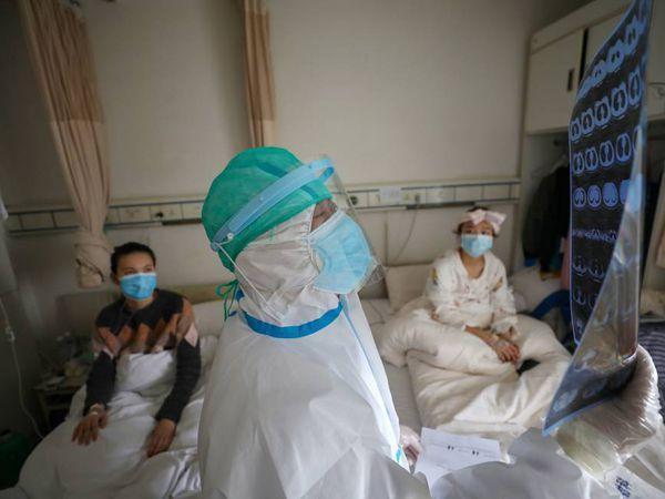 Un doctor con dos pacientes en Wuhan, el epicentro del coronavirus.