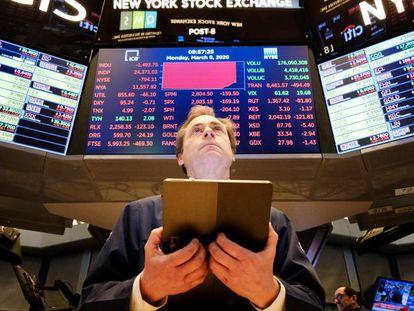Corretor trabalha na segunda-feira na Bolsa de Wall Street, em Nova York (Estados Unidos).