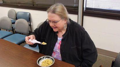 Berta, que sofre de Parkinson, na primeira vez em que usou a colher do Google.
