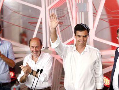 Pedro Sánchez saúda os militantes.