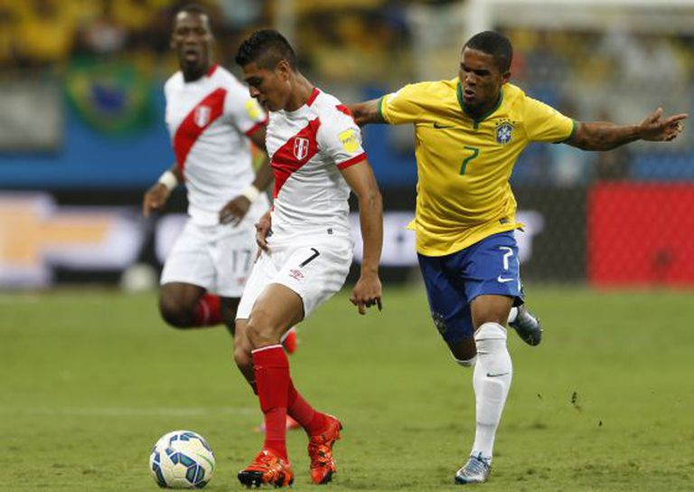 Douglas Costa abriu o placar contra o Peru.